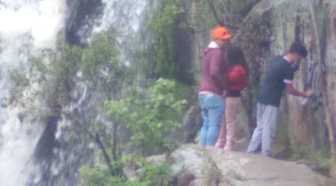 Multan a turistas por escribir graffitis en una cascada de Tanti